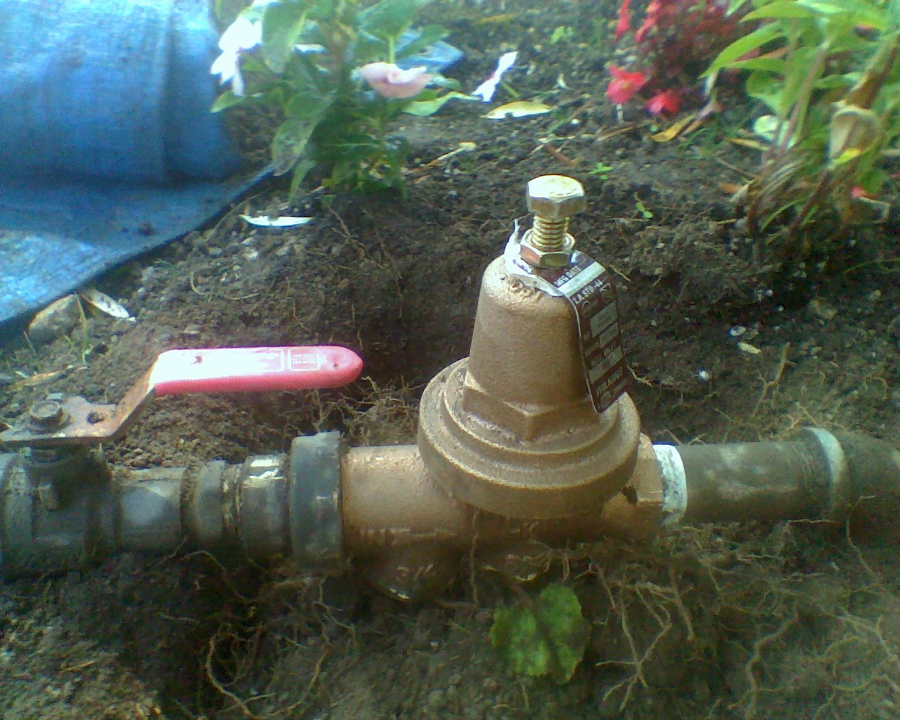 101sprinklers repair and install pressure regulator onto water supply pipe for sprinkler system. Black Bedroom Furniture Sets. Home Design Ideas