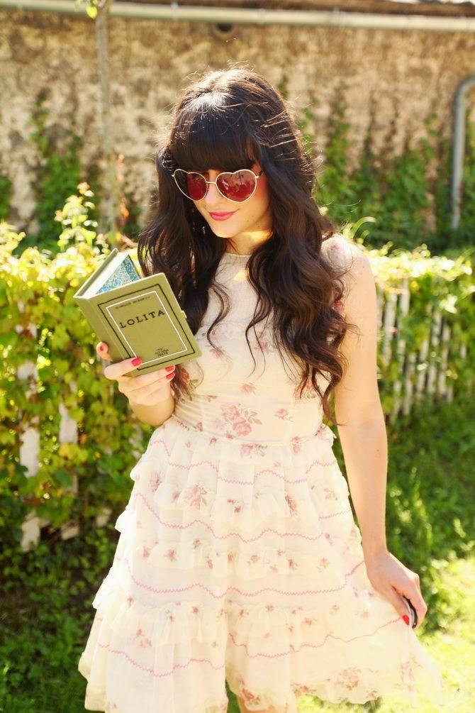 óculos de sol coração com vestido floral com babados, moda feminina