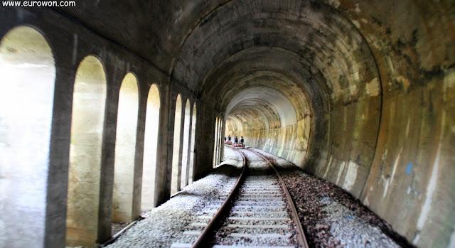 Túnel semiabierto