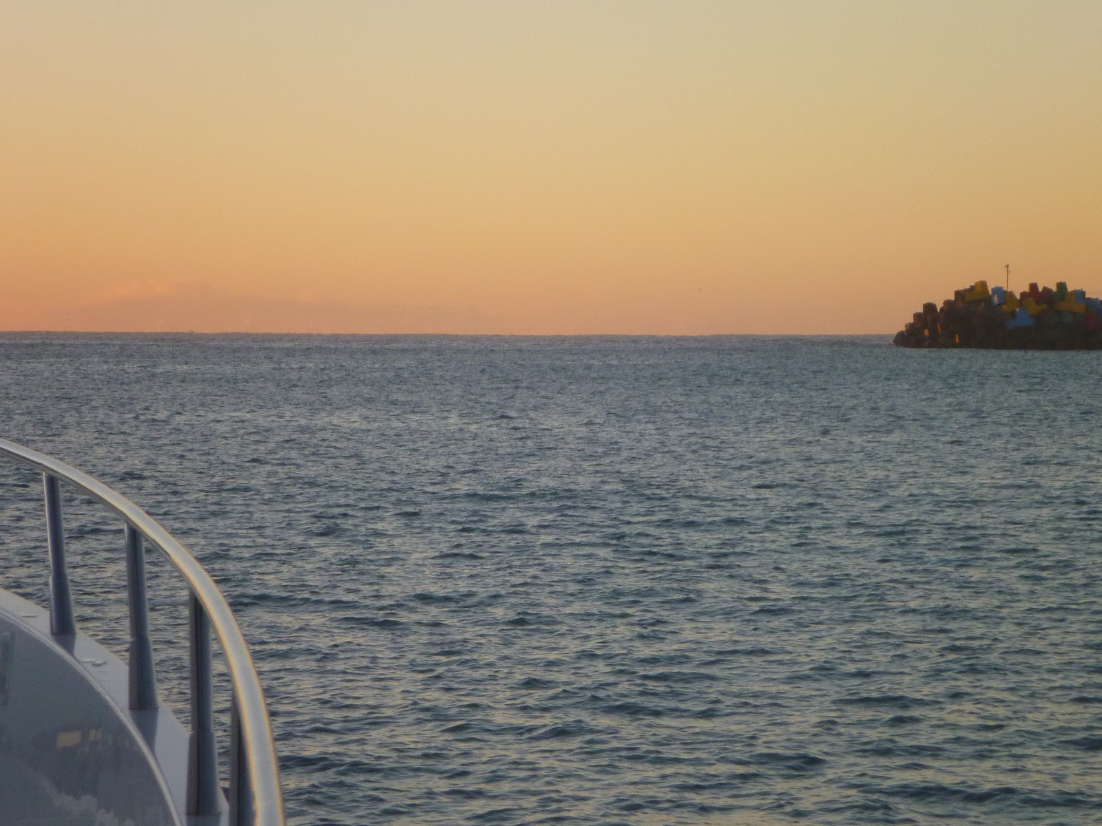 Lastwords whitsunday adventure looking outside the coffs harbour breakwall just before sunrise nvjuhfo Image collections