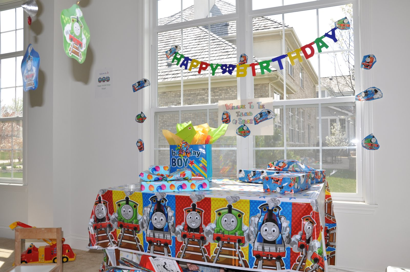hearts and hands a thomas the train birthday party. Black Bedroom Furniture Sets. Home Design Ideas