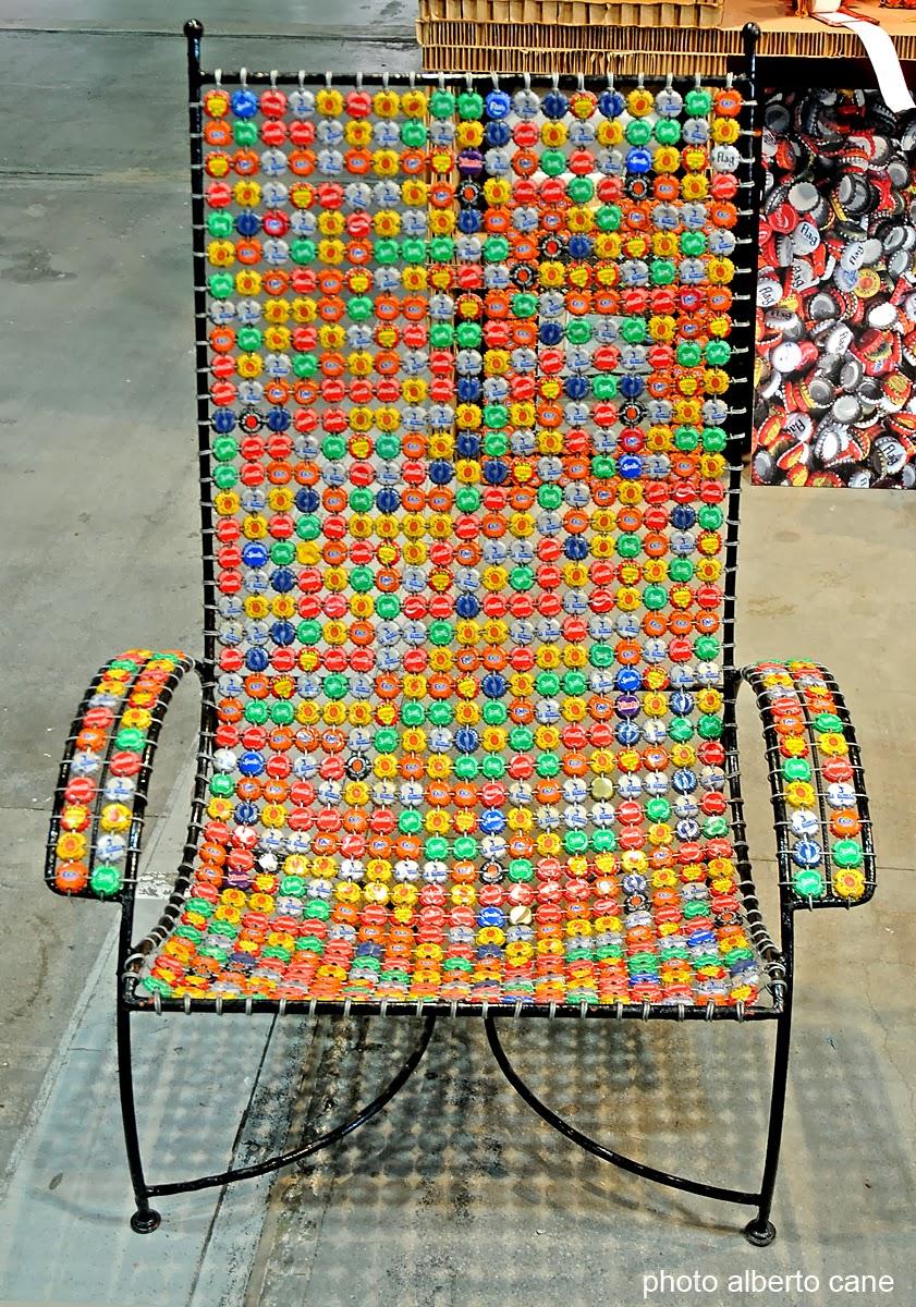 riciclo sedia di tappi a corona