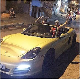 """Nesta segunda-feira, 31, o ex-BBB postou uma foto em que aparece em que aparece a bordo de uma Ferrari conversível e ao lado de um amigo passeando pela Rocinha, no Rio de Janeiro. """"Tá aí, Zezé Di Camargo e Gusttavo Lima, o time todo de brinquedo novo. Lembrando: todos podem ter é só acreditar e correr atrás"""", escreveu Bambam na legenda do clique."""