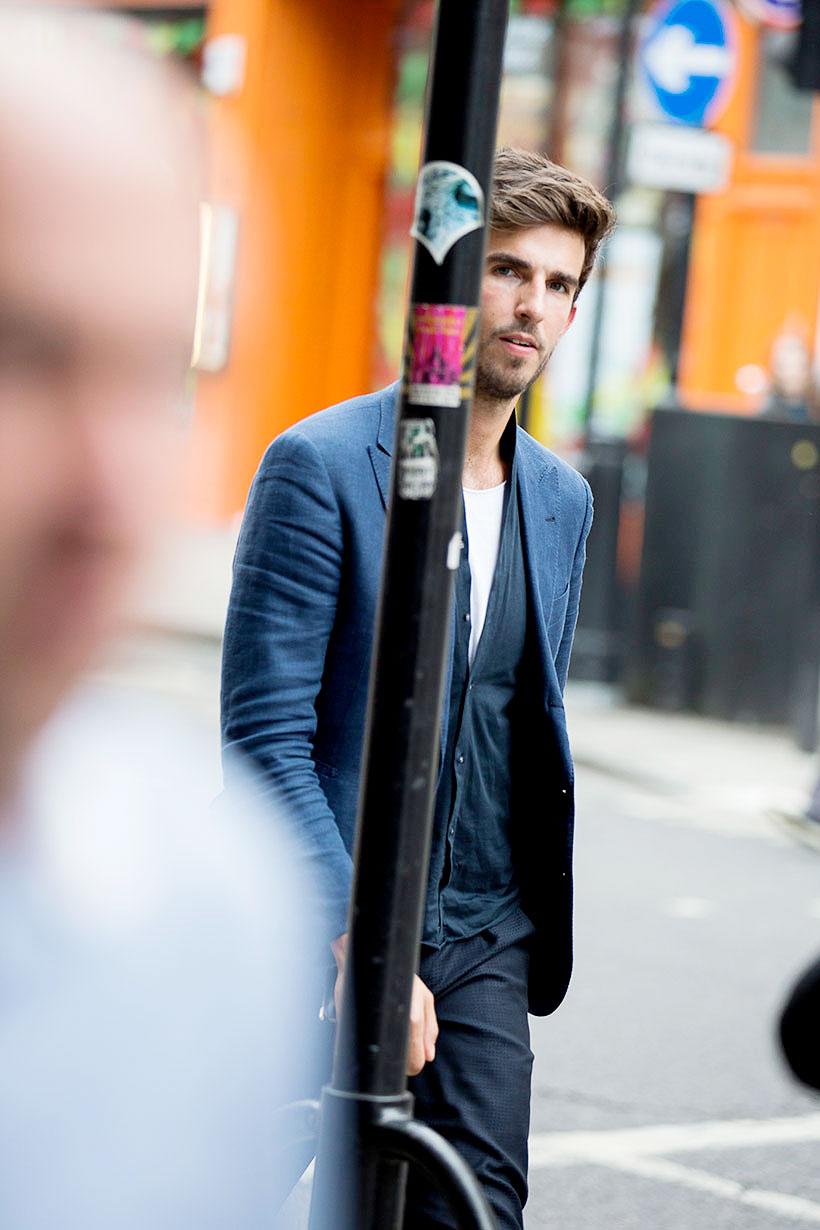 紺テーラードジャケット×カーディガン×白Tシャツ