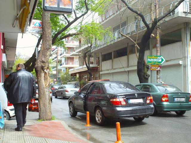 Παρκαρισμένα στη μέση του δρόμου και με ανοιχτή πόρτα