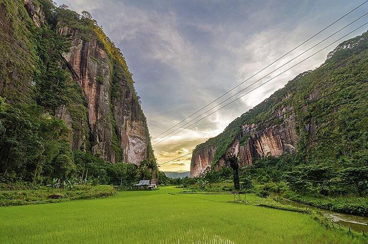 lembah harau pemandang keren dengan background tebing yang curam nan indah