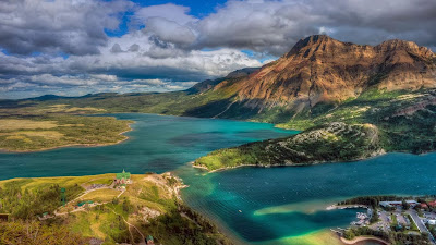 A view from Bear's Hump in Waterton Lakes National Park, Alberta, Canada (© Walter Hsiao) 437
