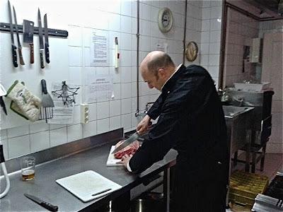 Esteban Capdevila cortando carne