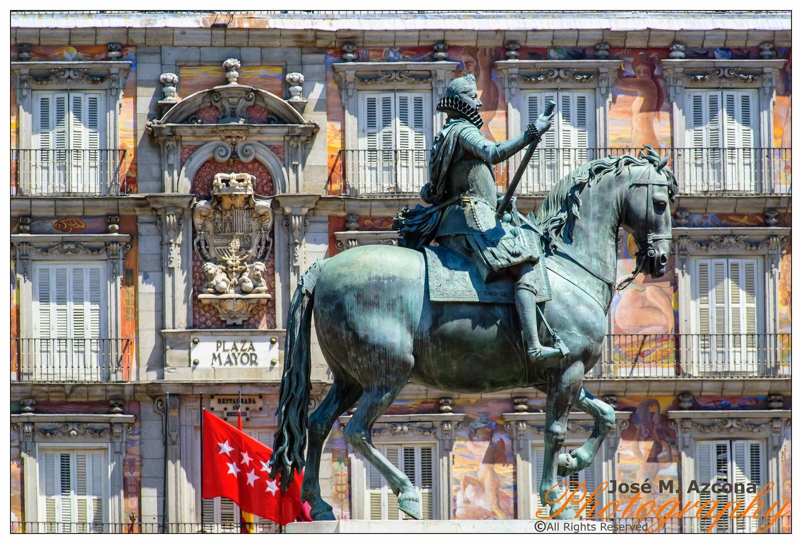 Estatua ecuestre de Felipe III (al fondo Casa de la Panadería).