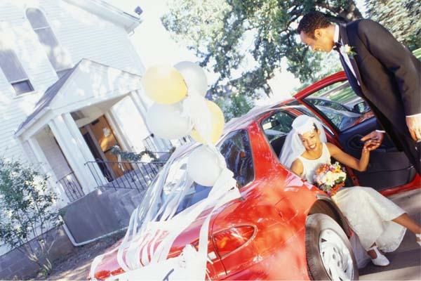 decorar um casamento:Enfeitar o carro dos noivos pode ser uma opção divertida para deixar
