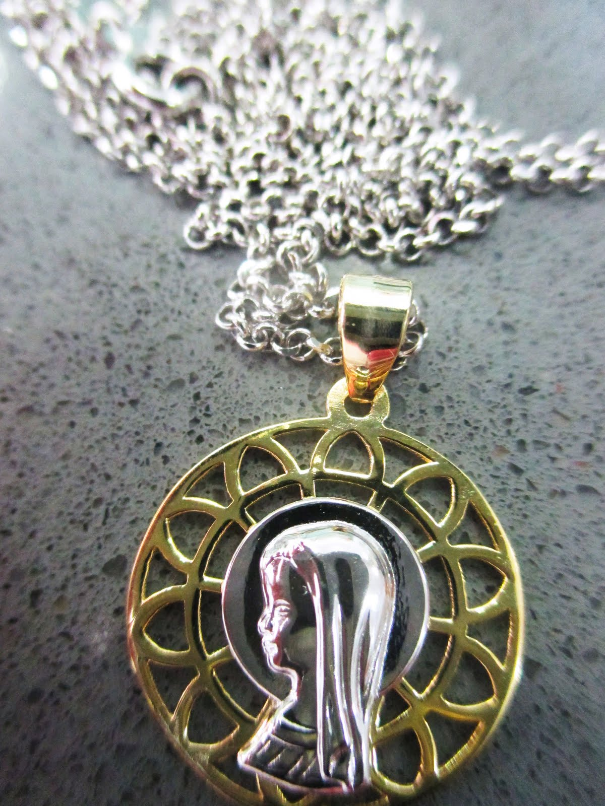 Medalla Virgen Niña  plata bicolor y cadena