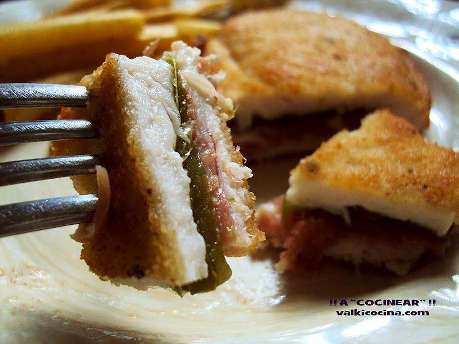 Escalope de pollo relleno de jamón y pimientos