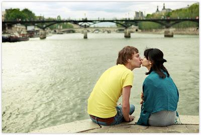 Cewek Cantik Punya Misi Cium 100 Pria Paris