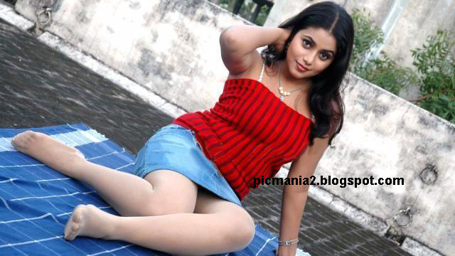 south indian sexy actress Shamna kasim showing deep cleavage and waist