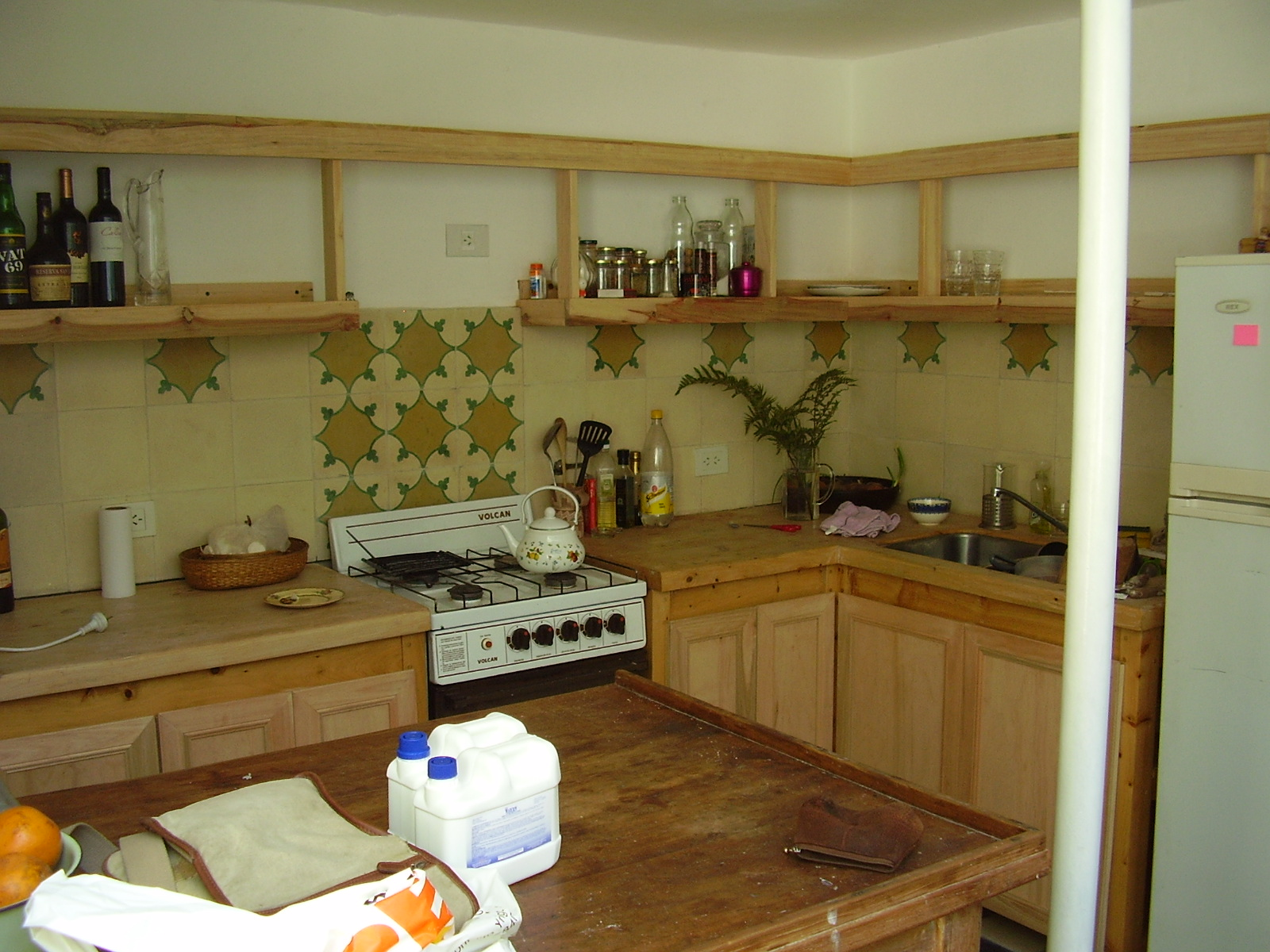 Muebles sensibles en madera estanteria de cocina en for Ver muebles de cocina de madera