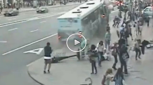 VIDEO IMPACTANTE - Un conductor de un autobus pierde el conocimiento y atropella a decenas de peatones, probocanlode heridas