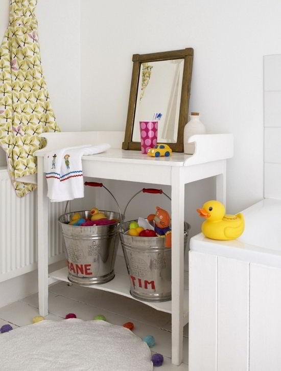 Decoração de quarto de criança com baldes divertidos para organizar os brinquedos.