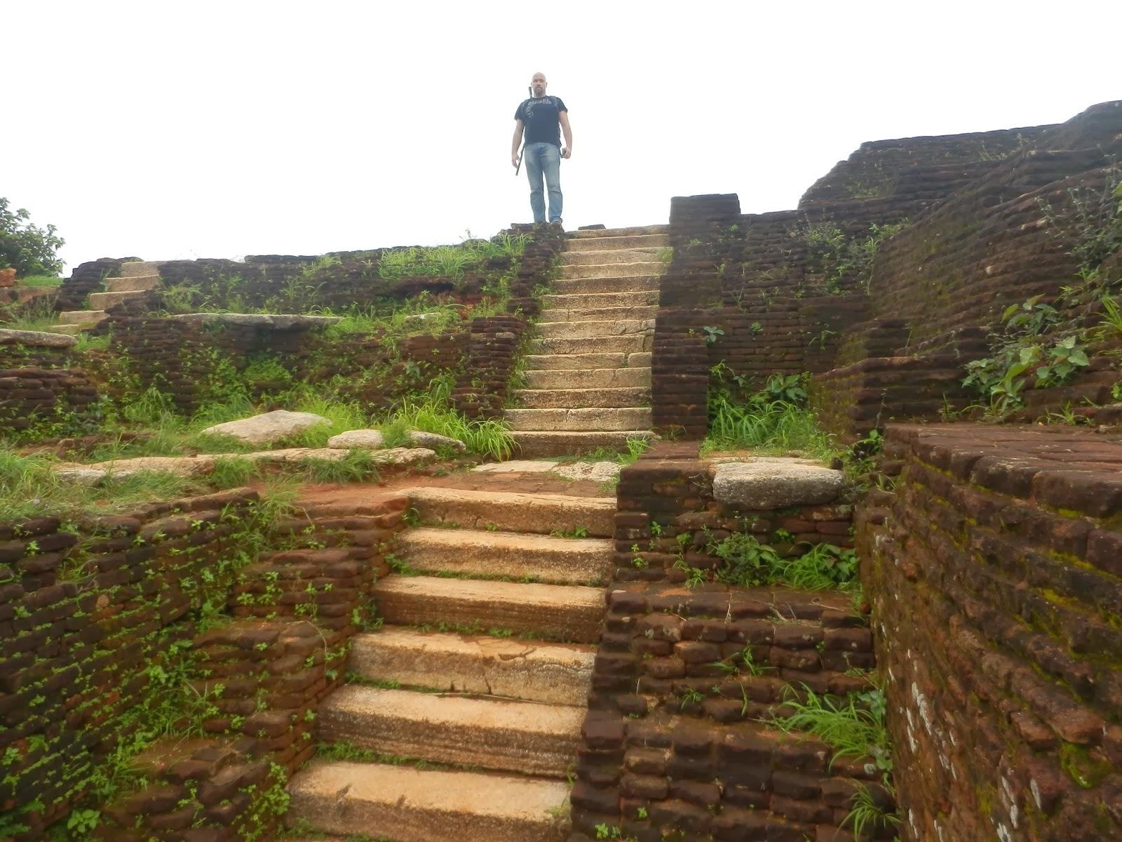 Никаких следов развалин дворца Сигирии, только ступени, террасы, уступы, платформы, красный кирпич