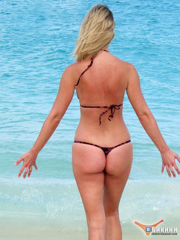 спины фото со блондинка бикини в