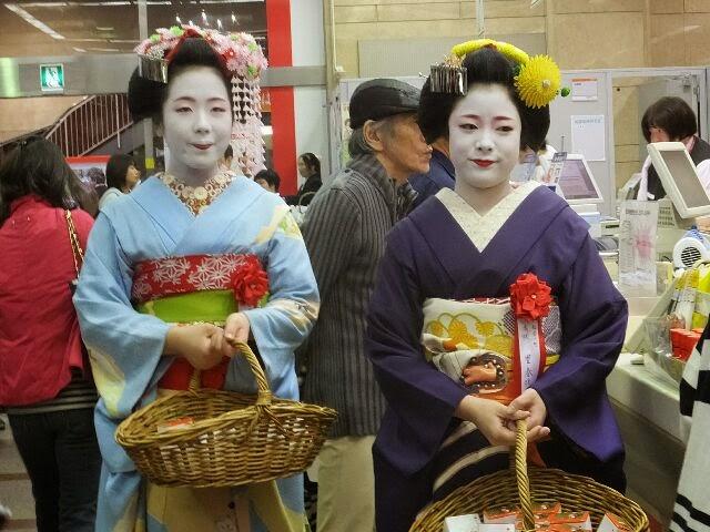 里春さんと叶子(かなこ)さんは記念品をプレゼント。