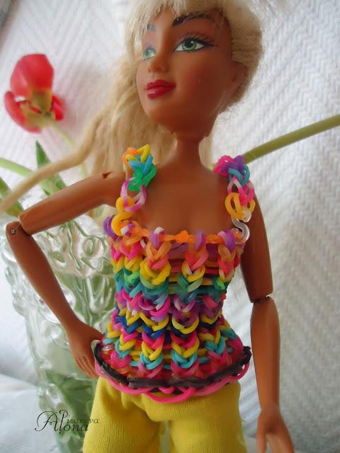 Как сделать для куклы из резинок платье 106