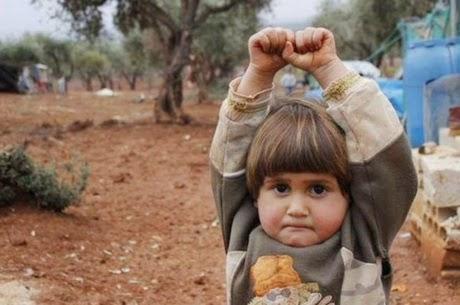 A imagem emocionante de uma menininha síria se rendendo a uma máquina fotográfica