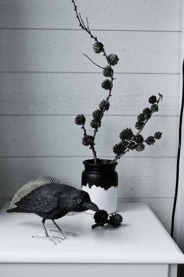 lärkträd, inredning från naturen, kvistar av träd i vas, handsnidad korp, svart korp, träfågel, träfigur, vikt bok, look alike normann copenhagen, vas, svart och vitt, sängbord, SOVA, träpanel, liggande panel på väggen , sovrum i svart och vitt, vitt och grått, vita sängbord, inspiration, inredning