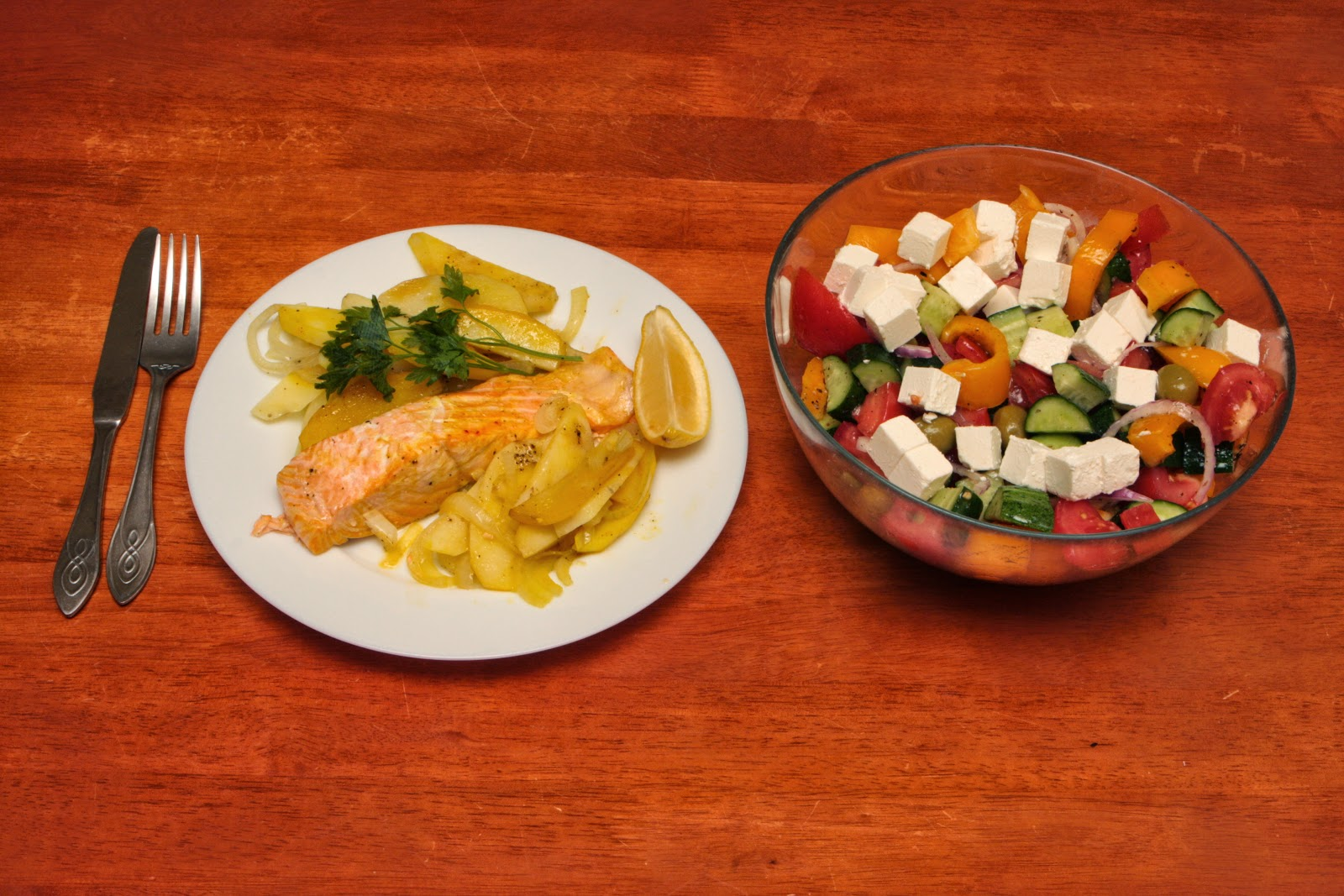 Лосось по-ирански c греческим салатом