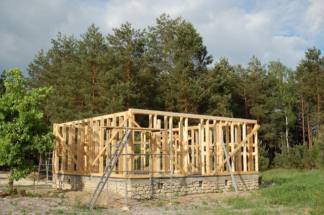Dom-z-gliny-w-czasie-budowania
