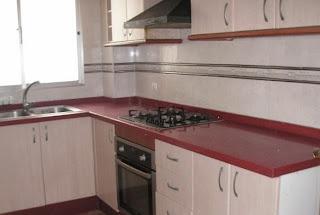 Cocina de casa con banco rojo