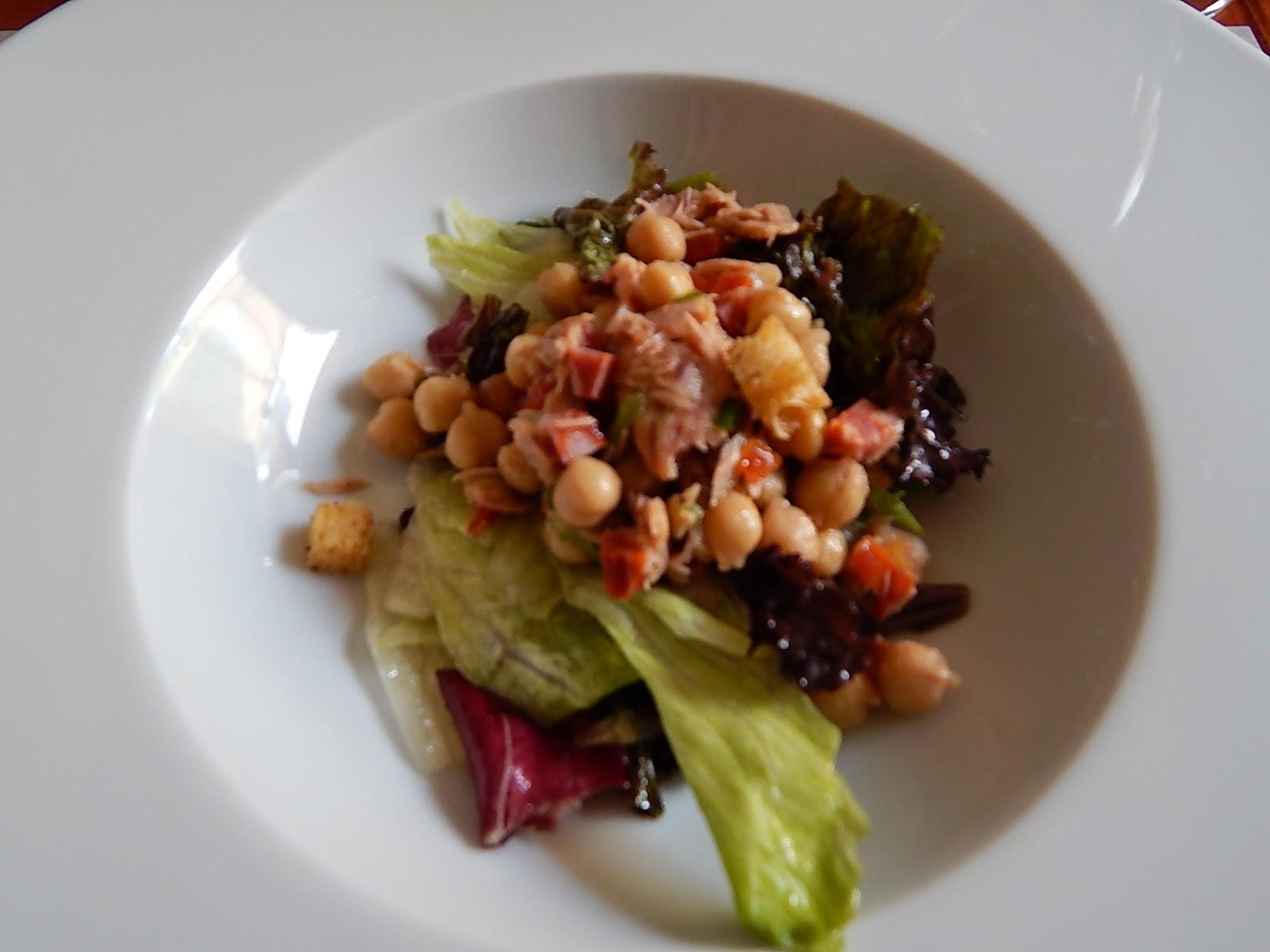 Salada de grão de bico com folhas, atum e chouriço.