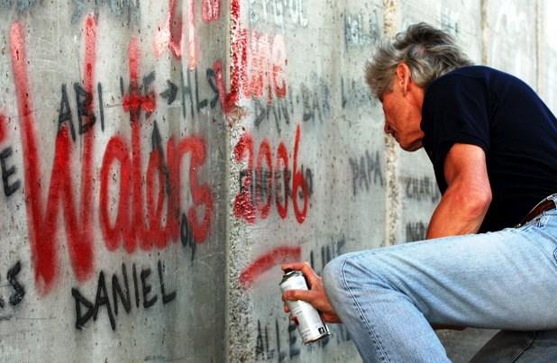 Roger Waters faz pichação  no Muro do Apartheid erguido por Israel