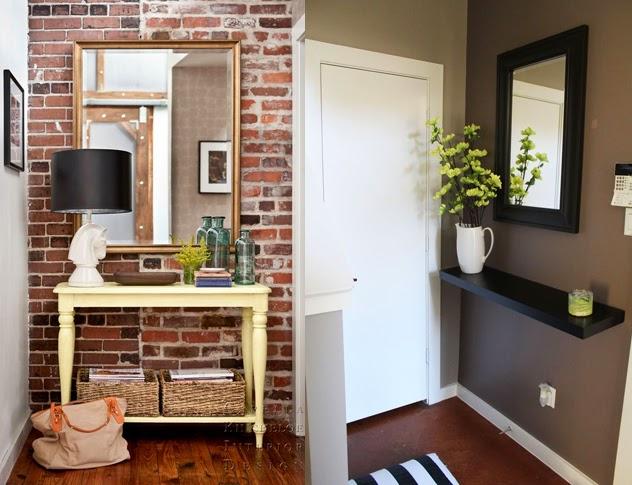 parede de tijolo e parede marrom + espelho no hall de entrada