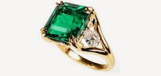 Anillo con esmeralda y pequeños diamantes