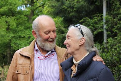 Jane Goodall in Dierenpark Amersfoort Jane en Marjo samen op een plaatje. Zij blijken het als pri(ma)-maatjes goed met elkaar te kunnen vinden.