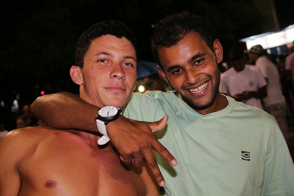 Muito animados, os amigos Luiz Francisco e Diogo Santana também se divertiram ao som dos shows da virada