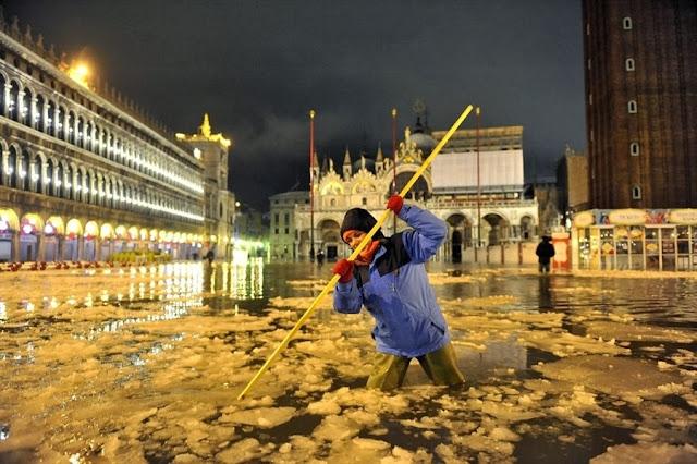 Венецию в этот раз не просто затопило, но и начало покрывать льдом