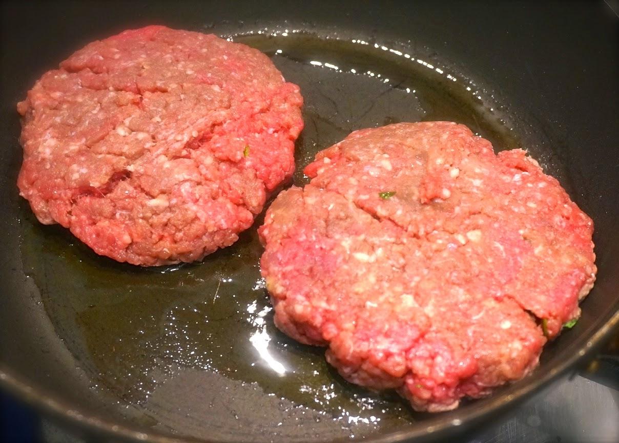 una volta girato lhamburger ricoprirlo con una fetta di emmental e chiudere la padella con un coperchio lasciandolo per semiaperto non completamente
