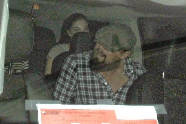 O ator bonitão tentou esconder o rosto usando um boné ao deixar uma boate com uma mulher em seu carro em Hollywood, nos Estados Unidos