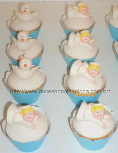 Mini cupcakes de batizado decorados com pombinhas e anjinhos em wrapper azul