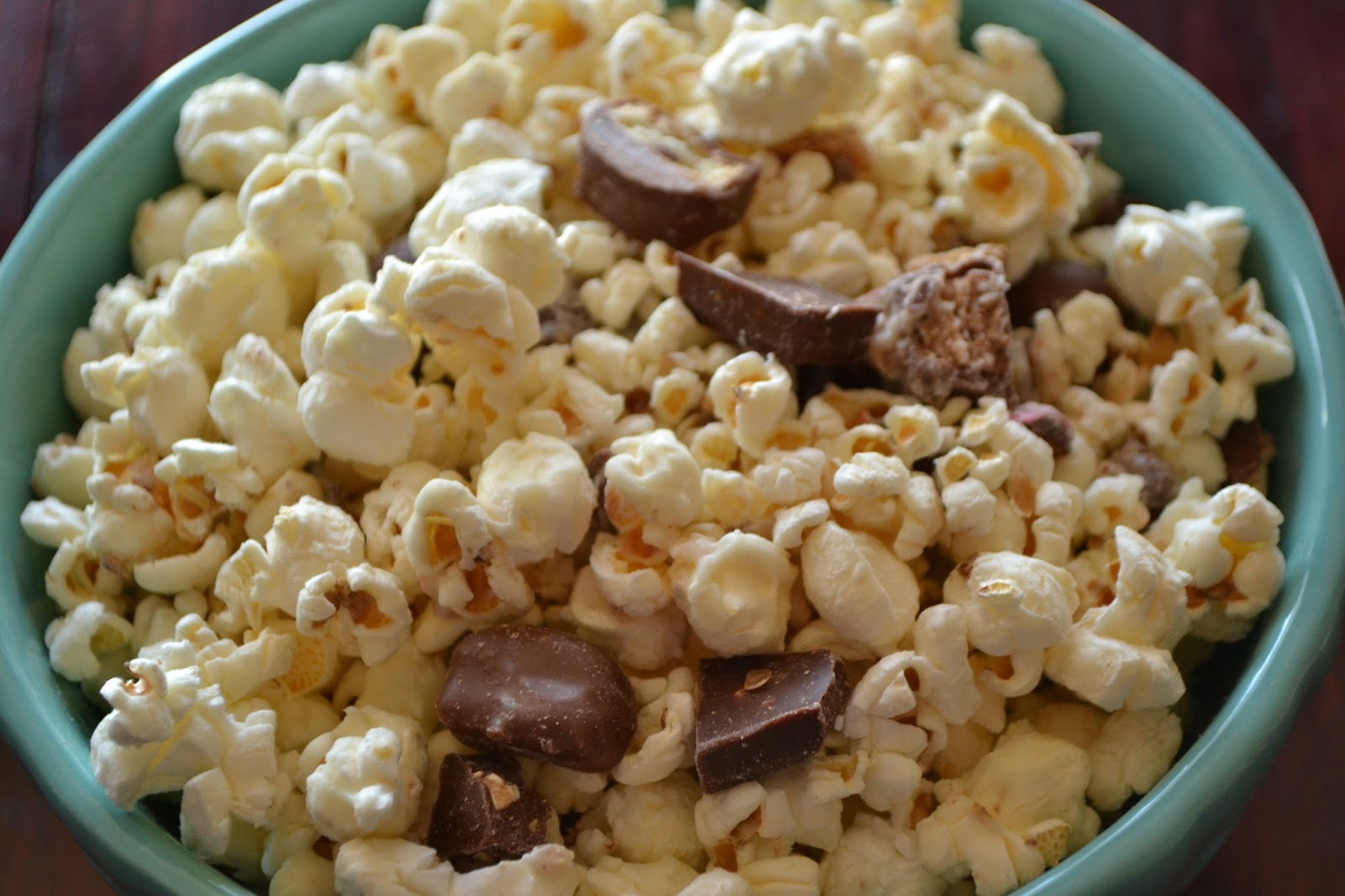 White chocolate popcorn with candy bars