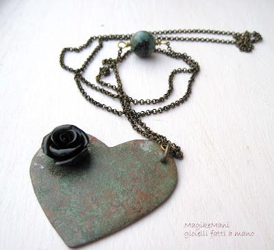 collana lunga in rame  con ciondolo a cuore patina e rosa nera