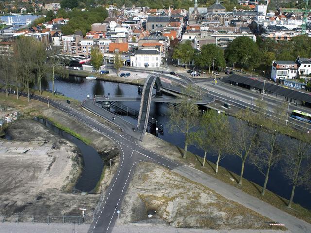 Arco construído sobre passarela para bicicletas