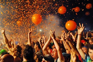 Bonnaroo, 2012, fans, people, orange balloons, weird people, concert