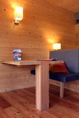 Wohnbereich Holzhotel Forsthofalm