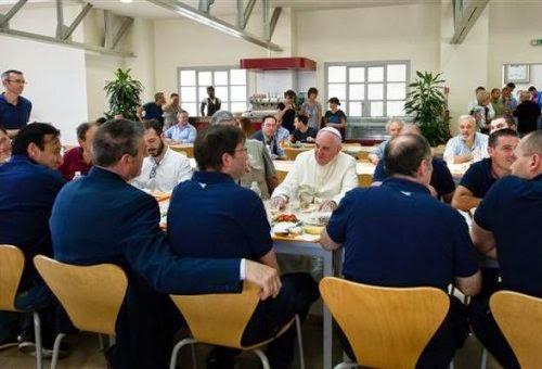O Papa Francisco pegou a sua bandeja e almoçou junto com os funcionários do vaticano