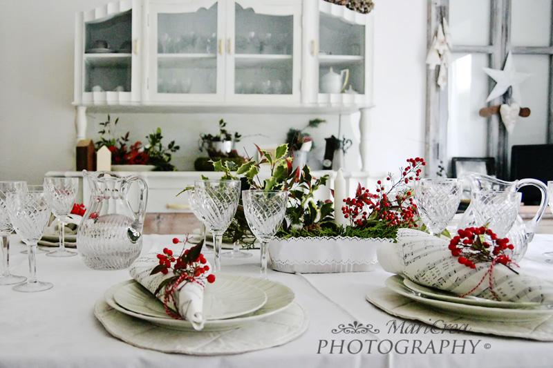 tavola natalizia con decorazioni naturali