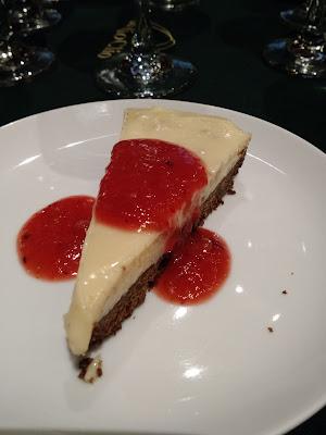 Torta de chocolate branco com calda de frutas vermelhas