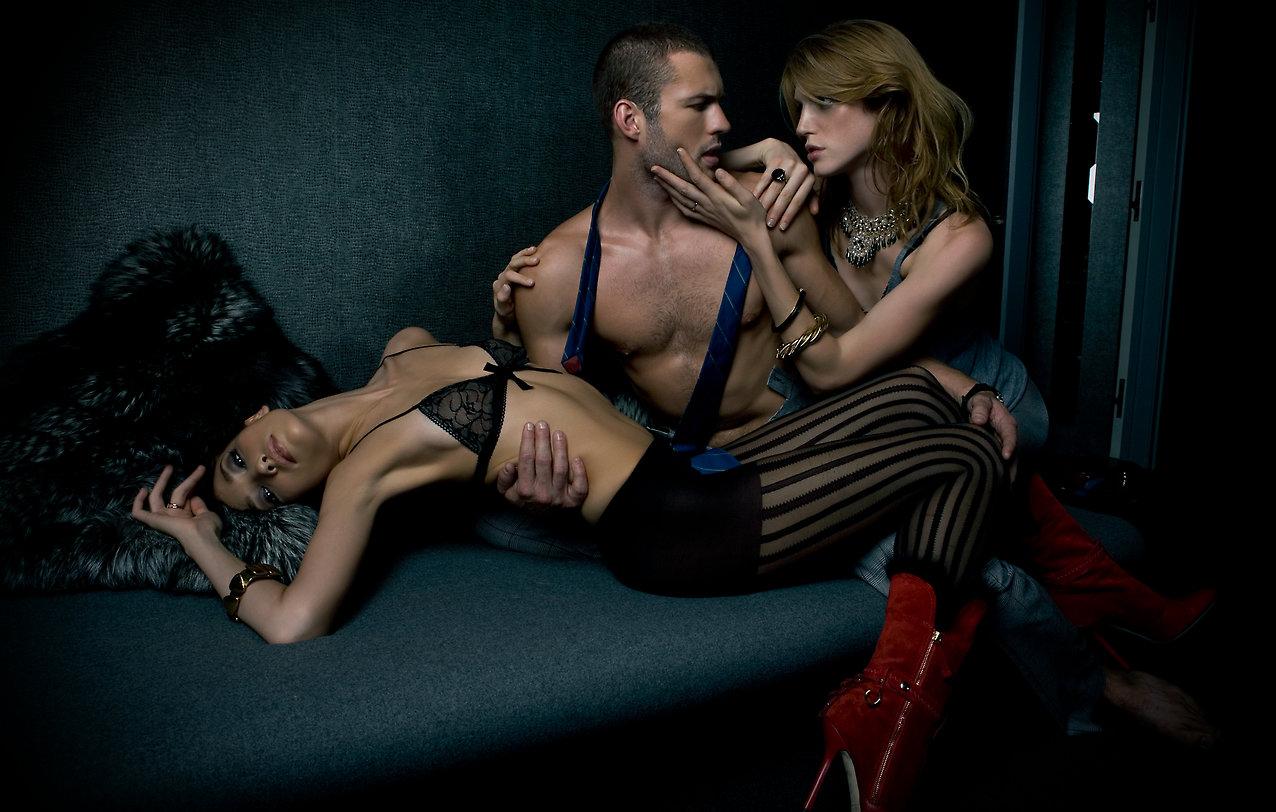 Домашний секс с двумя соседскими тёлками в постели