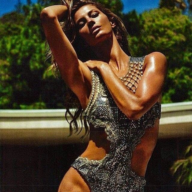"""Back to the photograph jaws dropping, Gisele Bundchen showed why she has been have a nicknamed as """"The Body"""" as she displaying her enviable anatomy for French Magazine, Lui."""
